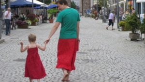 No ano passado, um pai passou a usar saias para apoiar seu filho de cinco anos que gostava de usar vestidos.