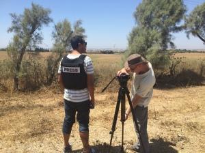 Na fronteira entre Israel e a Faixa da Gaza, poucos dias depois do início da Operação Margem Protetora. Ao fundo, em Gaza, uma explosão resultante do ataque aéreo israelense.